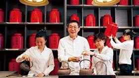 155年歷史的王德傳茶莊,招牌的紅色茶葉罐極具鑑別度,目前已擴點至香港和中國。(圖/許世穎攝影/商業周刊)