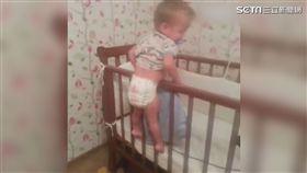 萌娃努力從嬰兒床上「越獄」 (圖/翻攝秒拍)