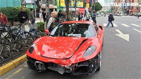 法拉利F430疑似違規左轉撞上直行機車,造成騎士右腳骨折並陷入昏迷,警消獲報隨即將人送醫救治(翻攝畫面)