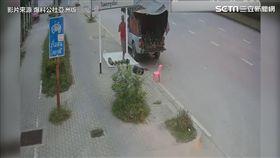 男子路邊賣椰子 遭失速轎車撞死。(圖/翻攝自爆料公社亞洲版臉書)