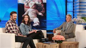 安海瑟薇(Anne Hathaway)與傑森蘇戴西斯(Jason Sudeikis)上《艾倫秀》 圖/翻攝自網路