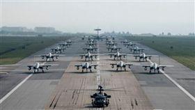 日本沖繩縣美軍嘉手納基地(Kadena Air Force Base)F-15鷹式戰機列隊照片/古德芬(David Goldfein)Twitter