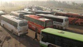 自殺汽車炸彈15日攻擊從被圍困的敘利亞政府軍掌控兩城鎮撤離居民的巴士車隊 圖/翻攝自《人權瞭望台組織》