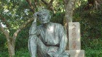 烏山頭水庫日本技師八田與一塑像(維基百科 https://zh.wikipedia.org/wiki/%E5%85%AB%E7%94%B0%E8%88%87%E4%B8%80#/media/File:Yoichi_Hatta%27s_statue_and_tomb-P1010493.JPG)