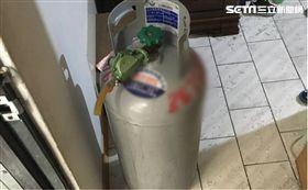 警消人員在胡少家門口發現瓦斯桶。(圖/翻攝畫面)