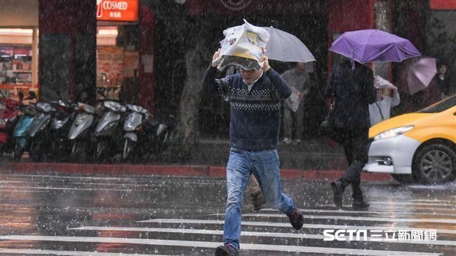 華南雲系接近 明全台各地防雷雨