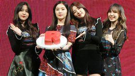 韓國女團Red Velvet來台宣傳,16日透露將與粉絲見面 很緊張。團員Yeri(左起)、Irene、Seulgi、Wendy手 拿音樂公司送上的特製R型蛋糕合影。 圖/中央社