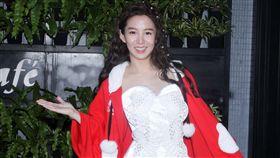 郭書瑤穿著自己設計的紅外套及跨年表演服裝出席2106歲末年終媒體感恩會。(記者邱榮吉/攝影)
