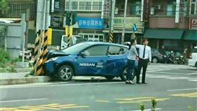 離車廠不到百公尺 試乘車撞桿被「賀成交」、新竹(圖/翻攝自小老婆汽機車資訊網臉書)