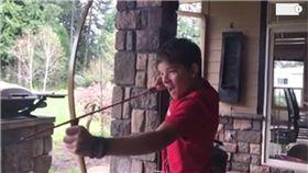 弓箭,拔牙,牙齒,射箭,射箭拔牙 圖/翻攝自Youtube