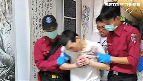 陳男因毒品案遭通緝,警方循線逮捕他,陳男卻高喊:「心臟好痛!」手卻揉著右胸,救護人員隨即將他送醫觀察(翻攝畫面)