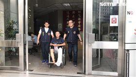 王姓通緝犯前往先前工作的社區大樓行竊,卻遇上總幹事自外歸來,他急忙跳樓摔斷左腿,前往醫院治療遭警方逮捕(翻攝畫面)