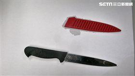 劉男與應召業者相約在泰山的汽車旅館性交易,來的是1位44歲的徐姓女子卻沒打槍,反而是持刀架在對方脖子行搶(翻攝畫面)