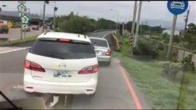 白色休旅車執意左轉違規跨越槽化線轉回原路。(圖/擷取自爆料公社)