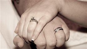 結婚 婚戒 夫妻  https://www.flickr.com/photos/efleming/3494894927/in/photolist-6jQfv6-5G1jm4-28iXcU-8eh9cF-T725sJ-gGigX-2T3p3Q-gGigW-efkVAn-p7pEvV-64VZLq-efkq2K-bm7rym-o5dDuX-x51ZH-6VScf4-9bWYeq-gGigT-gGigV