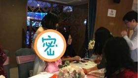 沒帶禮金?伴娘胸掛「二維條碼」 讓賓客刷支付寶入場 (圖/翻攝自環球網)