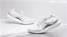 adidas推出頂級女性跑鞋UltraBOOST X純白全新配色。(圖/品牌提供)