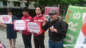 台北市長柯文哲26日出席居住正議論壇場外抗議