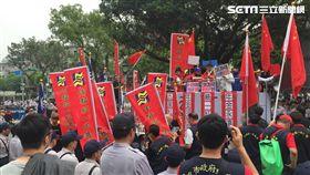 統促黨主席白狼張安樂率領上百人前往立法院抗議,中正一分局派出多名警員到場蒐證,並三度舉牌警告(翻攝畫面)