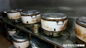 台北市衛生局今(26)日上午派員稽查「台北鐵路餐廳」,發現煮飯鍋污垢及檯面髒。(圖/台北市衛生局提供)