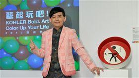 非典型藝術鬼才黃子佼為KOHLER藝術臉盆設計彩繪專屬作品「禁止掉麥」。(圖/KOHLER Taiwan提供)