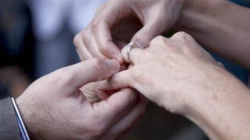 結婚 婚戒 夫妻 https://www.flickr.com/photos/blyzz/5852336946/in/photolist-9V9KT9-aZXp12-8B6qAp-brFfDW-qfMyHX-9ypovj-A1eh-9V9Gym-9ymuav-6svUeY-9ypcgo-9V9YzJ-9V6UiM-moMZAT-aBSbKt-9JGivz-9V6VRt-41cLjb-6NCS1P