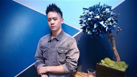 26歲演員李淳在懸疑推理國片「目擊者」飾演陰沉暴力警察「阿緯」,先拍後段黑暗重頭戲,直呼演得很過癮,但後來拍假裝「正常」警察時心裡有點慌,要隱瞞真實自己好難。