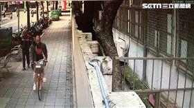 「紅鞋大盜」洪奇峯三月內偷遍台北市各大行政區,敲破車窗後竊取車內財物,警方循線將他約談到案,並在他身上搜出毒品(翻攝畫面)