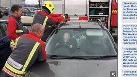 ▲男童受困車內也不慌。(圖/翻攝自《每日郵報》) http://www.dailymail.co.uk/news/article-4460118/Toddler-laughs-five-firefighters-try-free-him.html