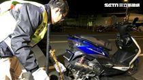 環保局稽查人員進行改裝車噪音檢測(新北市環保局提供)