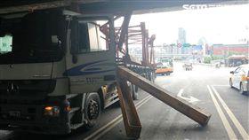 朴男駕駛曳引車疑因未注意限高,行經高速公路涵洞下方時,拖板上貨物整個卡住,鋼筋還因此掉落,砸中一旁的銀色轎車(翻攝畫面)