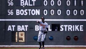 ▲巴爾的摩金鶯外野手Adam Jones站在外野芬威球場計分板前。(圖/美聯社/達志影像)