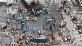 台北市光復北路、八德路口在台電施工時路面塌陷,3日已封路。施工單位緊急搶修中。/中央社