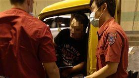 警消人員將替一名男子包紮後送醫。(圖/翻攝畫面)