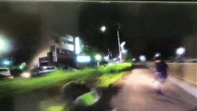 林男一度棄車逃逸,最終仍被員警趕上逮捕。(圖/翻攝畫面)