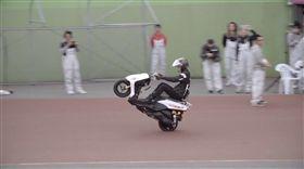 連騎13小時!安倍優翹孤輪連騎500公里 破世界紀錄 圖/翻攝自RedBull http://www.redbull.com/jp/ja/motorsports/stories/1331855374280/wheelieking-challenge-movie