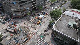 北市八德路路面塌陷 台北市光復北路、八德路口在台電施工時路面塌陷,3日已封路。施工單位緊急搶修中。 中央社記者鄭傑文攝 106年5月3日
