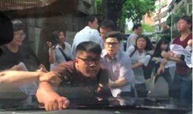 林全車隊遭大觀自救會成員包圍抗議。(保六總隊提供)
