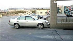 黃男疑因開車時打嗑睡,導致整輛車失控自撞水泥柱,警消到場後在他車上搜出槍毒,隨即將人帶回派出所偵辦(翻攝畫面)