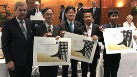 巴黎發明展  台灣兩14歲發明家獲表揚 台灣發明家組團參加今年巴黎雷平發明展,除獲11金和一項特別獎外,主辦單位還特別表揚兩名14歲的國中生發明人郭宇新(右1)和張鈞翔(右2)。 中央社記者曾依璇巴黎攝  106年5月6日