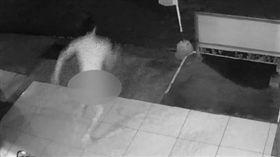 裸體襲胸嚇壞女學生 警方以狗追出露鳥俠 圖/翻攝畫面