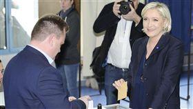 法國極右派總統候選人瑪琳.雷朋和交往7年的男友、民族陣線副黨魁艾利奧(圖/美聯社/達志影像)
