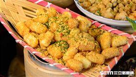 君品酒店頤宮中餐廳推出「兒時味饗宴」,將脆果子、鱈魚香絲、蝦味先、蠶豆酥、乖乖以及可樂果變身五星料理。(圖/君品提供)