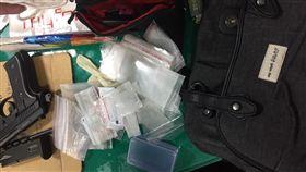 16:9 警方起出改造手槍及各式毒品。(圖/翻攝畫面)