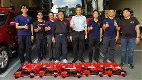 新北市義消第四大隊顧問團長洪正和(左4)捐贈5組軍刀鋸給新北市消防局第四大隊。(圖/翻攝畫面)
