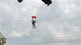 變火球…女兵進行跳傘訓練 怪風吹來直接撞上高壓電纜 圖/翻攝自Chamuka15d YouTube https://www.youtube.com/watch?v=EfFnzqSactY