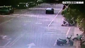 呂男搭計程車前往台大醫院,並坐在人行道變電箱前,拿出手槍朝眉心一射,警消獲報隨即將他送進醫院救治(翻攝畫面)