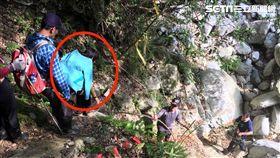 警員上山營救少女路程艱辛,攀爬近90度山坡。