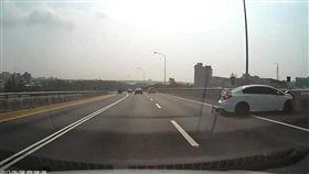 許女轎車失控撞上內側護欄後再談非撞上外側護欄,這才停下來。(圖/翻攝自臉書社團八卦村-行車紀錄器影片上傳中心)