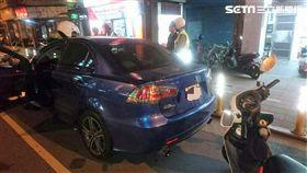 劉男開車違停在桂林路上遭警盤查,警方查出他因竊盜罪被通緝,並從車內搜出改造手槍及毒品(翻攝畫面)